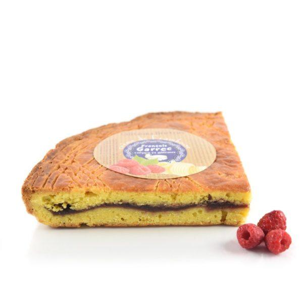 Gâteau breton fourré à la crème de framboises déballé